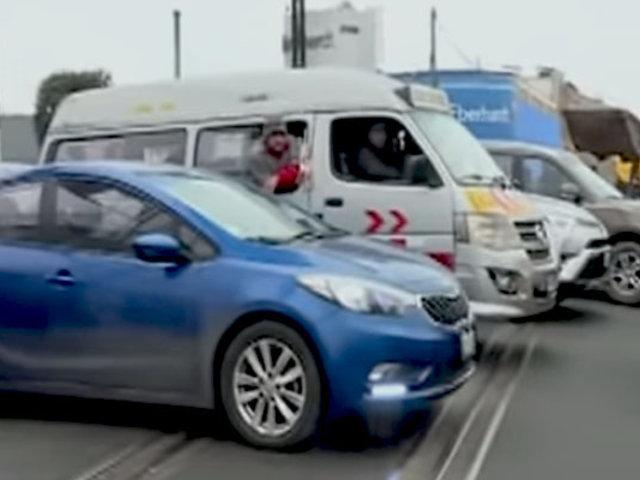 Callao: conductores irresponsables invaden las vías del tren