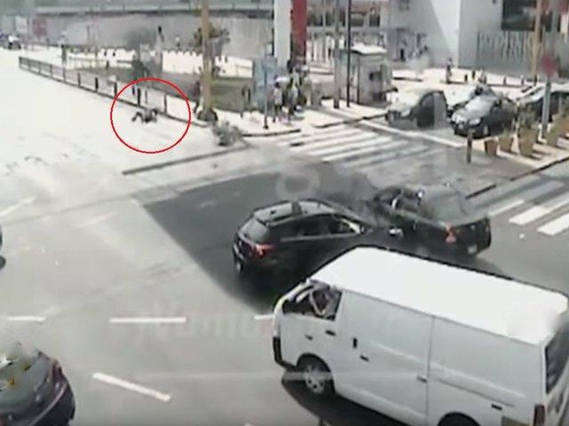 """San Miguel: motociclista sale """"volando"""" tras impactar contra un auto"""