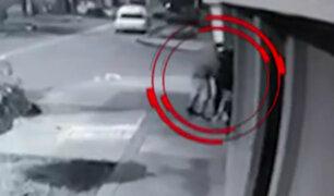 Chorrillos: captan violento asalto a joven en la puerta de su vivienda