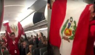 Perú vs. Chile: hinchas peruanos alientan a la 'bicolor' en pleno vuelo rumbo a Brasil