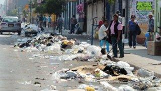 Callao: trabajadores de limpieza arrojan basura a calle por falta de pago y despidos