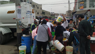 SMP: hombres, mujeres y niños realizan largas colas para juntar agua
