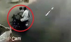 India: motociclista y pasajero fueron embestidos por auto