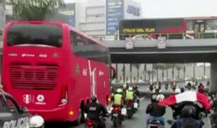 Selección Peruana: hinchas saludan y acompañan su recorrido rumbo a La Videna