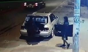 Los Olivos: cámaras captan a robacasas saqueando vivienda