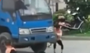 China: mujer simuló ser atropellada por un camión