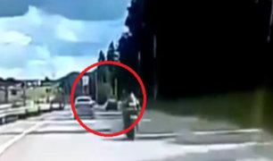 Rusia: motociclista pierde la vida tras intentar adelantar a auto