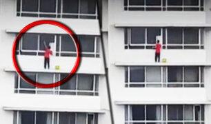 San Isidro: hombre limpia ventanas de piso 13 sin medidas de seguridad