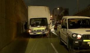Surco: furgoneta quedó atrapada en túnel del Óvalo Higuereta