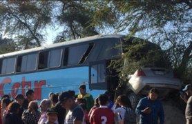 Ica: 2 muertos y 8 heridos tras choque frontal entre un auto y bus interprovincial