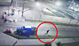 Ladrón esposado escapó de patrulla mientras policías dormían