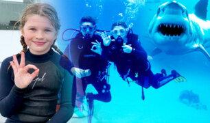 Bahamas: niña de 10 años sorprende nadando entre tiburones sin protección alguna