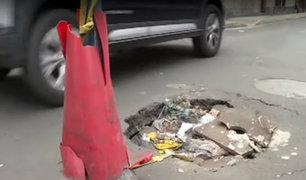 Cercado: temen que enorme forado en medio de pista pueda causar accidentes