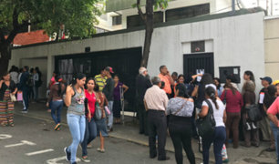 Caracas: cientos de venezolanos hacen cola en consulado peruano