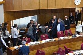 VIDEO: senadores paraguayos se agarran a golpes en pleno Congreso