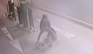 Cercado de Lima: delincuente empuja salvajemente a mujer para robarle
