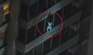 Hombre escala edificio para rescatar a su madre de incendio