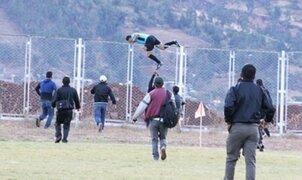 Árbitro se salva de ser linchado por hinchas tras trepar rejas del estadio en Ayacucho