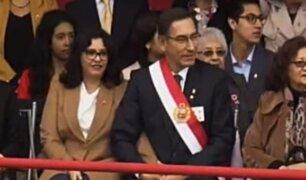 Presidente Martín Vizcarra rompió protocolo al dejar estrado oficial