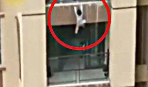 China: vecinos atraparon con una manta a menor que cayó de edificio