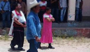Indignados vecinos visten de mujer a alcalde por no cumplir sus promesas