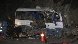 Hombre vela a sus tres hijos y a su esposa fallecidos en el accidente de Canta