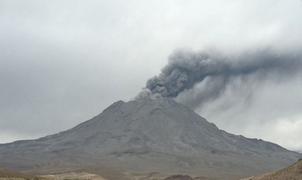 Volcán Ubinas: se registró hoy una nueva explosión con expulsión de cenizas