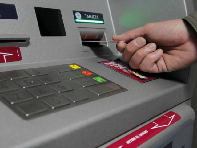 Roban a joven distraída con el 'cambiazo' de tarjetas en cajero automático