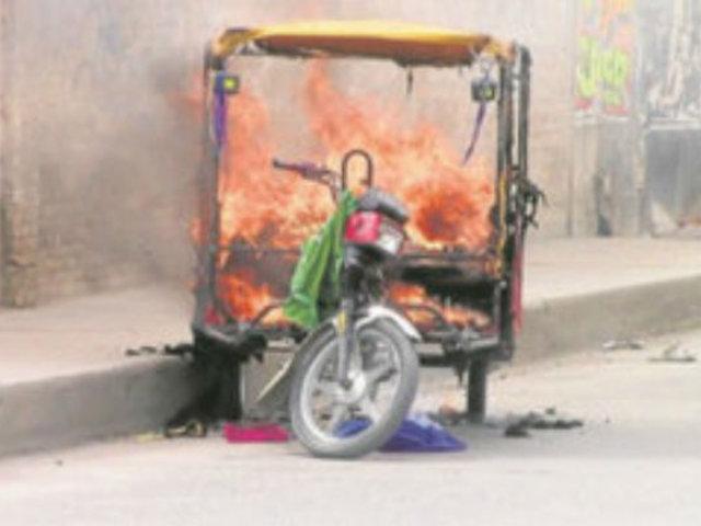 Ate: cansados de los robos vecinos queman mototaxi usado para robar