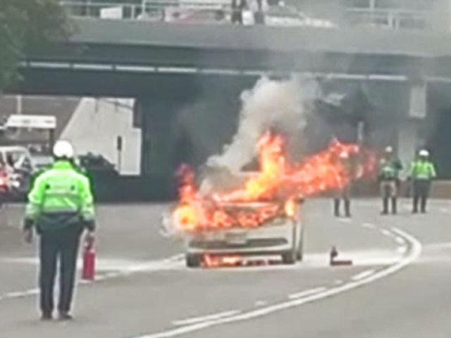 Auto quedó calcinado tras incendiarse en la Vía Expresa