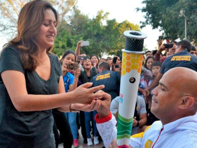 Portador de Antorcha Panamericana propone matrimonio a su pareja