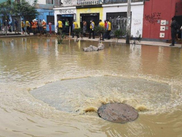 Varias viviendas afectadas por rotura de tubería en San Juan de Lurigancho