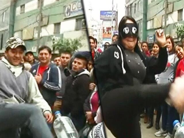 El reto de destapar una botella con una patada llega a las calles de Lima