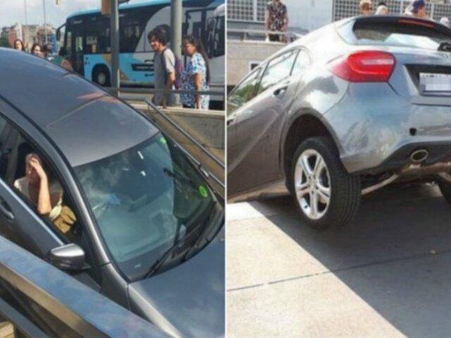 Conductora confunde entrada al metro con estacionamiento