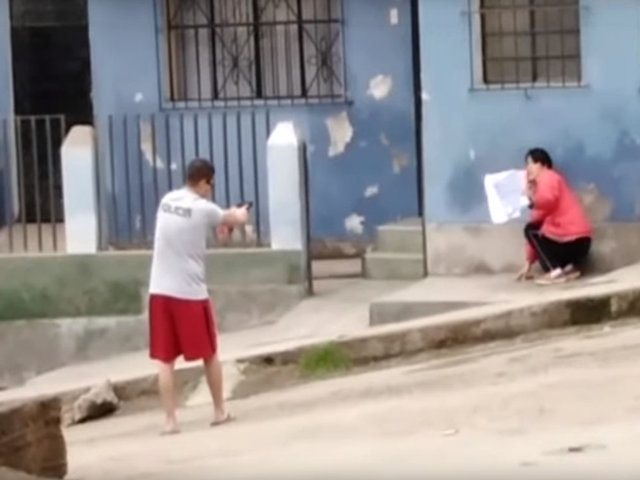 VMT: policía supuestamente ebrio amenaza con su arma a vecina