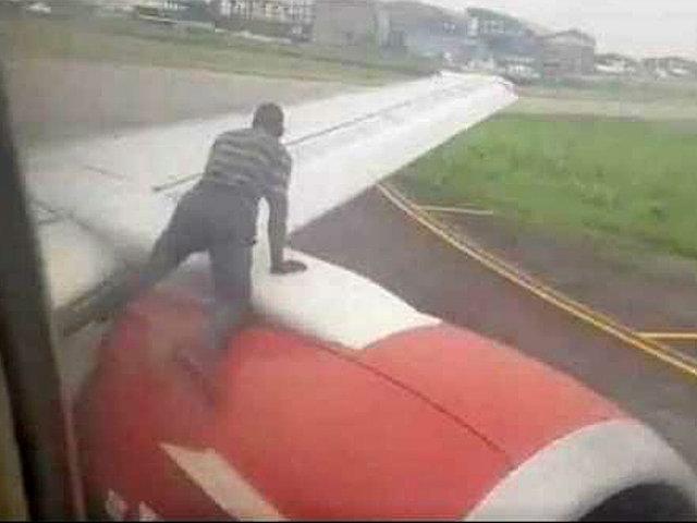 Nigeria: hombre es detenido por saltar al ala de avión