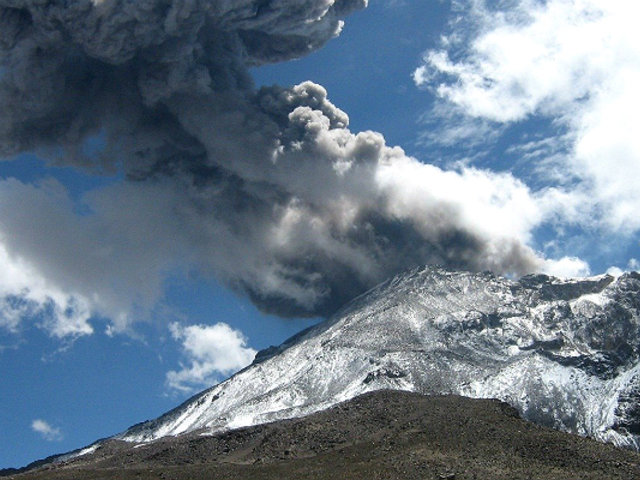 ACTUALIZACIÓN | Volcán Ubinas: erupciones continúan de forma moderada