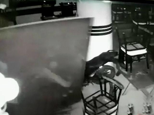 Santa Anita: delincuente es captado robando televisor y dinero de cevichería
