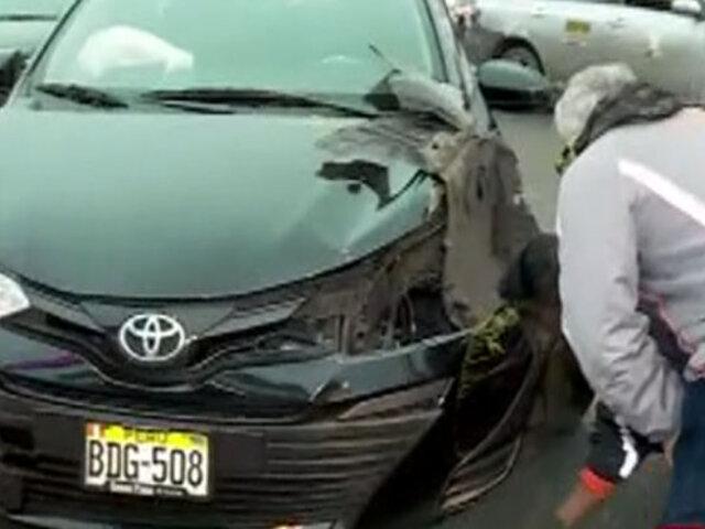 Conductora se estrelló contra semáforo por ir hablando con su celular