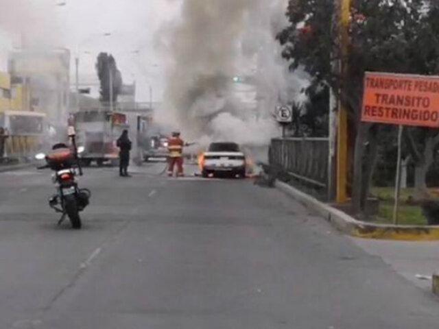 Cercado de Lima: auto se incendió en plena avenida Venezuela