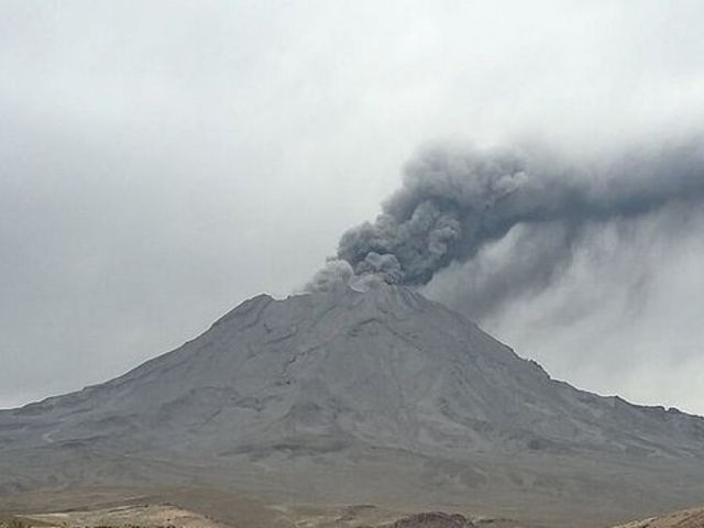 Moquegua: volcán Ubinas continúa proceso eruptivo y mantiene alerta naranja