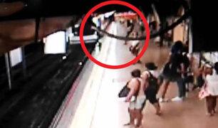 Impactantes imágenes: empujan a joven a las vías del Metro