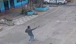 Comas: delincuente persigue a balazos a hombre para robarle 15 mil soles