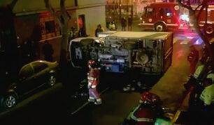 Barranco: camión se vuelca en aparatoso accidente de tránsito