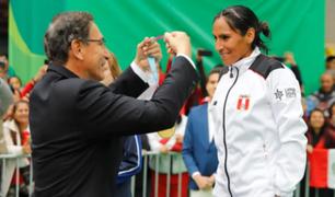 Presidente Vizcarra reveló qué le dijo Gladys Tejeda antes de colocarle medalla de oro