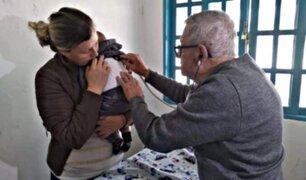 Pediatra de 92 años atiende gratuitamente a niños de escasos recursos