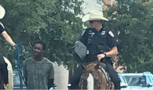 EEUU: policías se llevan a afroamericano atado de una cuerda