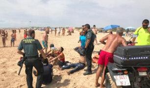 España: embarcación con inmigrantes llega a playa de Cádiz ante el asombro de bañistas