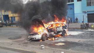 Auto se incendia cerca a la estación Naranjal del Metropolitano