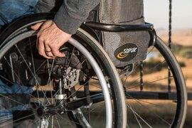 Detienen a un joven en silla de ruedas acusado de robar una moto